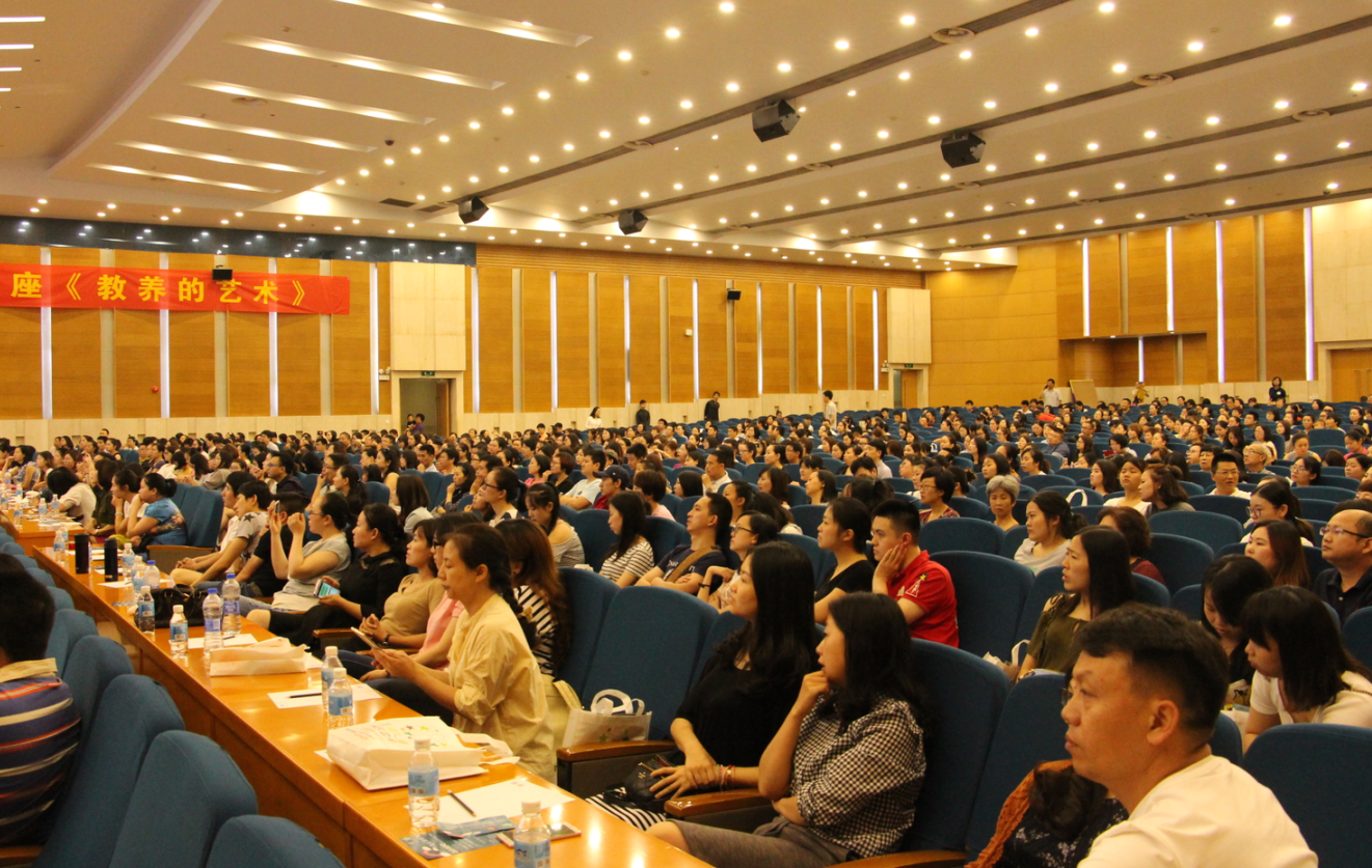 Professor Hong Lan Gives a Lecture in Chongqing, Everyone Becomes Her Fans!
